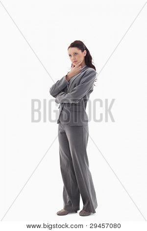 Profil anzeigen: eine geschäftsfrau mit der Hand über ihr Kinn an die Spitze vor weißem Hintergrund suchen