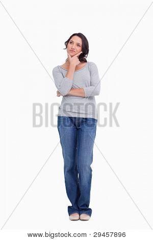 Junge Frau im Denker Pose vor einem weißen Hintergrund