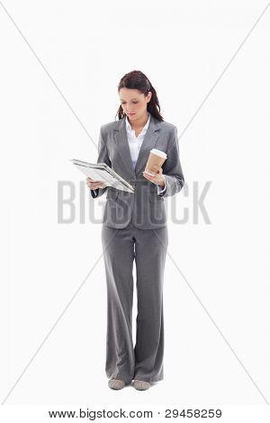 geschäftsfrau mit einem Kaffee lesen eine Zeitung against white background