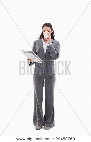 geschäftsfrau einen Kaffee zu trinken und Lesen einer Zeitung against white background