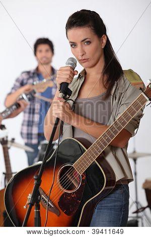bonita morena cantar con banda