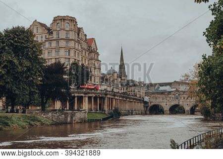 Bath, Uk - October 04, 2020: View Of Pulteney Bridge Over River Avon, One Of Only Four Bridges In Th