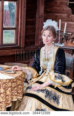Moscow \ Russia 06 10 2019: Noble Lady In The Scenery Of The 18th Or 19th Century On Background Of T