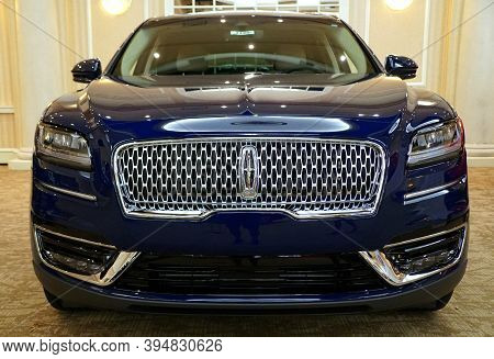 Wilmington, Delaware, U.s.a - October 5, 2019 - The Front View Of A Shiny Blue Color Of 2019 Lincoln