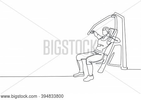 One Single Line Drawing Of Young Energetic Woman Exercise With Hammer Strength Machine In Gym Fitnes