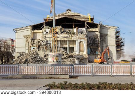 Russia, Saratov-november 15, 2020: The Dilapidated Building Of The N.g. Chernyshevsky Opera And Ball
