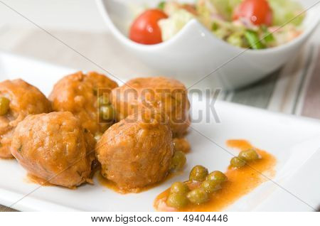 meat balls with sauce and salad