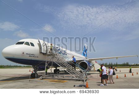 JetBlue Airbus A320 at Owen Roberts International Airport at Grand Cayman