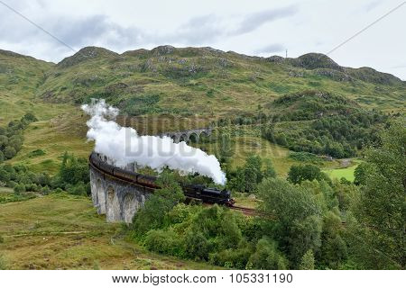 Gleanfinnan viaduct and steam train