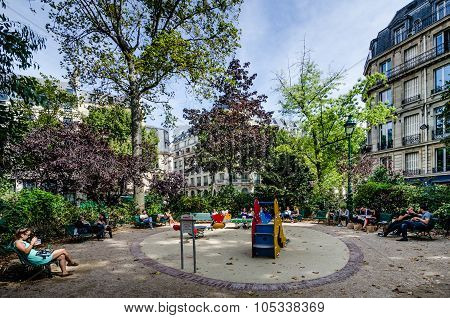Lunch in a neighborhood playground in Paris