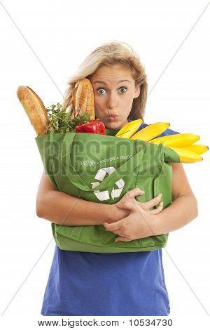 Jeune femme avec des aliments sains et de légumes