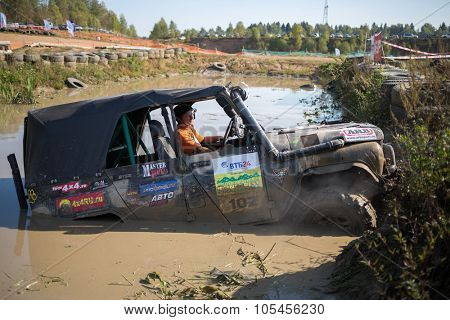 RUSSIA, PUSHKINO -?? 20 SEP, 2014: Off-road vehicle with driver is getting stuck on the water at Rainforest Challenge Russia Autumn 2014 PRO-X.