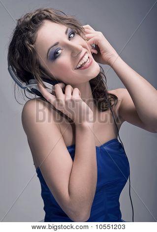 Young Beauty anhören der Musik grau hintergrund