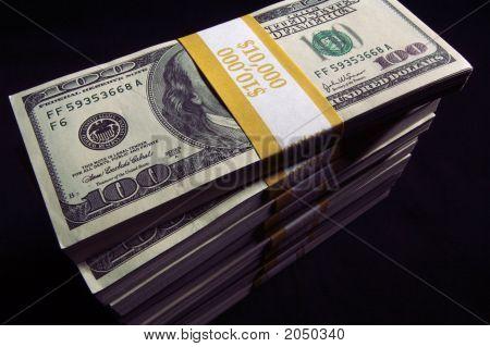 Pila de cien billetes de un dólar & dados rojos
