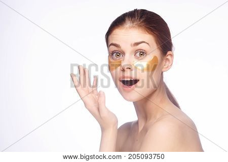 eye skin care, a woman is pointing at an empty space.