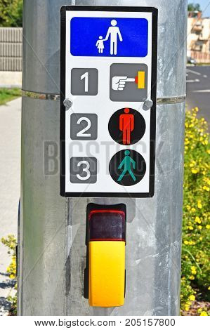 Signal system at the pedestrian crossing in the city