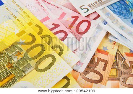 Muchos billetes diferentes con moneda grande
