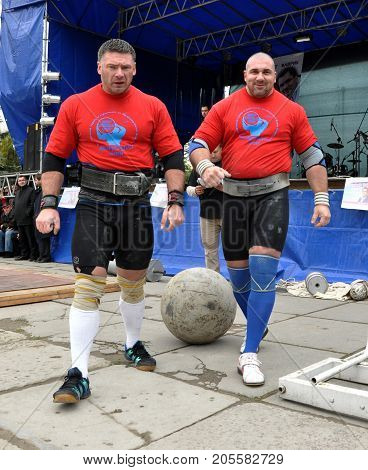 Chortkiv - Ternopil - Ukraine - October 26 2012. International Cup doubles tournament of strongman Galicia. Moment of the tournament's strongest athletes.