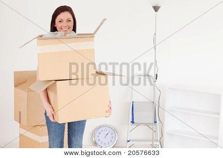 Attraktive Rothaarige Frau halten einige Karton-Boxen