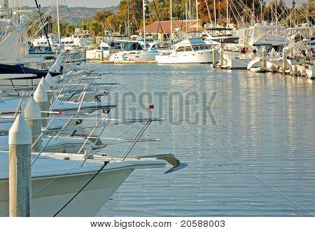 Jetboot angedockt an einem Jachthafen