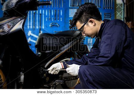 People Are Repairing A Motorcycle, Regular Car Care Makes Car Use. Safe And Confident In Driving. Re