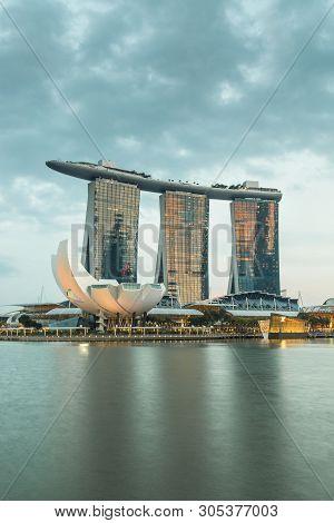 Singapore-jun 07 2017:singapore Marina Bay Sands View On The Water