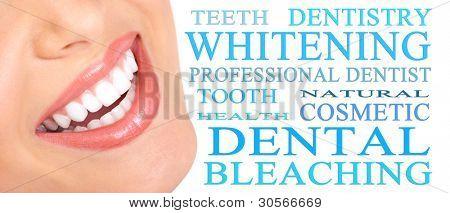 Glücklich lächelnde Frau mit einem gesunden Zähnen. Zahnarzt. Isoliert auf weißem Hintergrund.