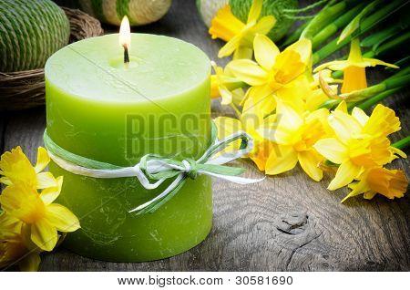 Frühling mit gelben Narzissen und Kerze