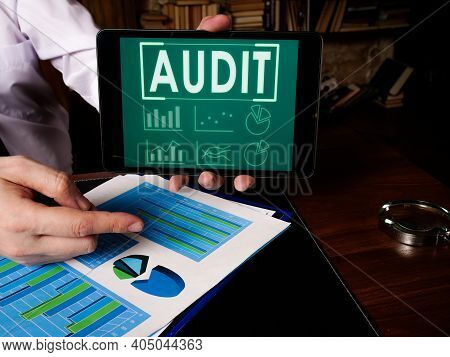 Auditor Shows Audit Results At The Tablet.
