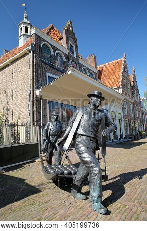 Edam, Netherlands - September 17, 2020: The Statues Of Cheese Carriers (sculptor Jans Van Baarsen) O