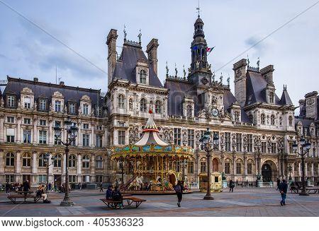 Paris, France, Fev 2020, View Of A Carrousel In Front Of The City Hall At Place De L'hôtel-de-ville