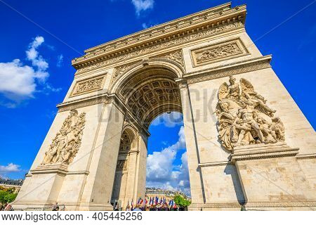 Paris, France - July 2, 2017: Tourists Under Arch Of Triumph. Arc De Triomphe At The Western End Of