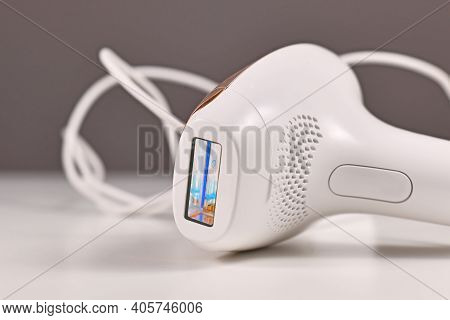 Small IPL Intense Pulsed Light laser hair removal device for usage at home