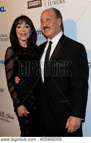 BEVERLY HILLS - NOV 11: Dr. Sharon McQuillan, Ken Meares at AMT's 2017 D.R.E.A.M. Gala benefiting Autism Works Now at Montage Beverly Hills on November 11, 2017 in Beverly Hills, California
