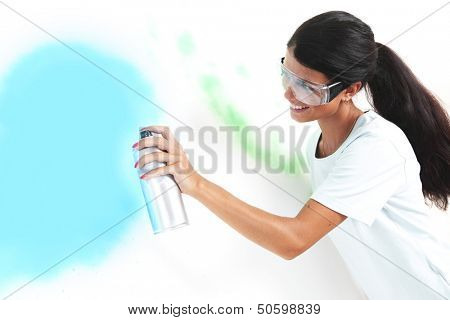 woman paints the wall of balon