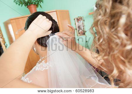 dressing the wedding veil