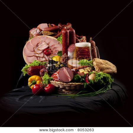 Una composizione di carne e verdure con birra