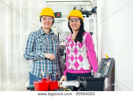 Craftstwomen with helmets posing together in the workshop