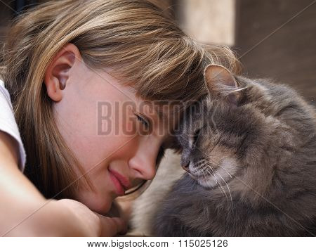 Bliss. Girl smiling cat, clinging to the animal and the girl lbom.Kot nice, big shot, only the face