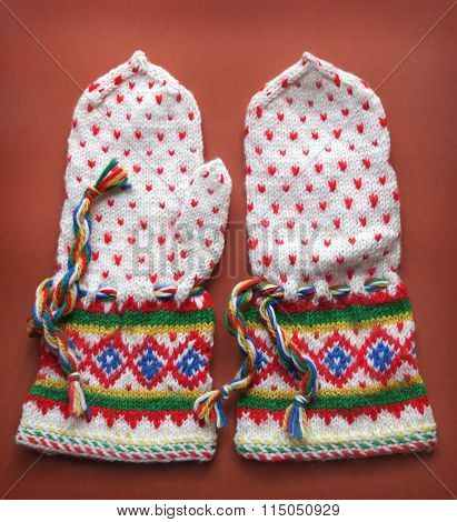 Retro Knitted Gloves With Traditional Pattern