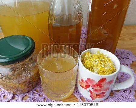 Dandelions flowers cinnamon beverage