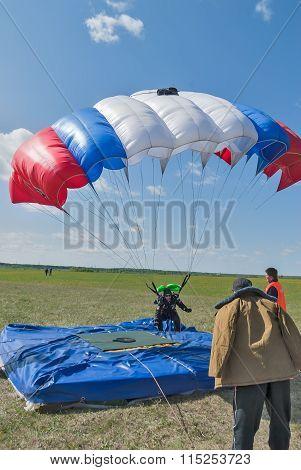 Parachutist landed near a target
