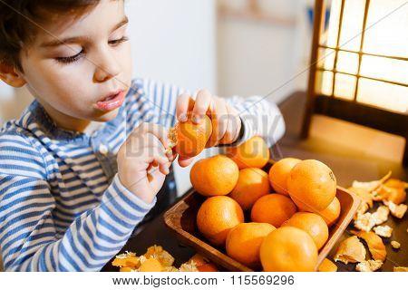 Four years boy eat a mandarin