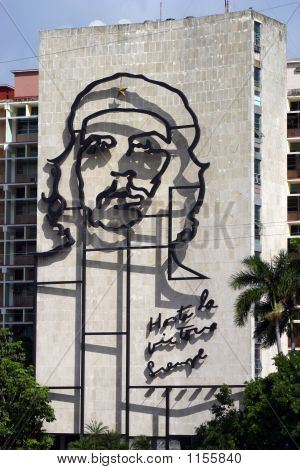 cast iron che guevara monument on the side of ministry of interior plaza de la revolucion havana poster