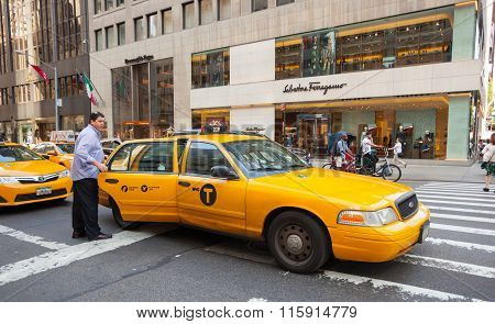 Tourist Takes The Yellow Cab In Manhattan, Nyc.