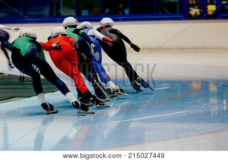 back women skaters compete mass start in speed skating