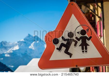 Sign representing a boy playing the ball and a girl playing skipping rope