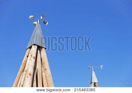 Cup anemometers supported by a pyramidal base of wooden trunks