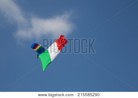 Paratrooper and drops and exposes the Italian flag