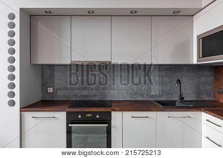 Modern Kitchen With Granite Backsplash